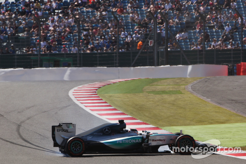 Lewis Hamilton, Mercedes AMG F1 W06 spins di first practice session