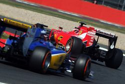 Kimi Raikkonen, Ferrari SF15-T lidera a Raffaele Marciello, Sauber C34 Piloto de pruebas y de reser