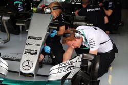Mercedes AMG F1 W06 alerón delantero trabajado por los mecánicos