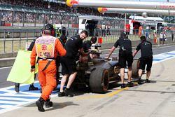 El Lotus F1 E23 de Romain Grosjean, Lotus F1 Team es arreglado por los mecánicos
