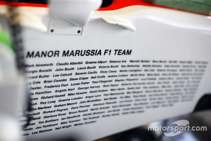 Teammitglieder von Manor F1 Team, die am Auto arbeiten, sind an den Flanken des Fahrzeugs verewigt