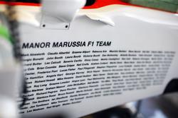 Personeel Manor F1 Team op de wagen