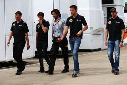 Alan Permane, Lotus F1 Team Director de Operaciones con Romain Grosjean, Lotus F1 Team; Ingeniero Pi