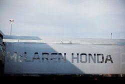 McLaren Honda trailer en el paddock