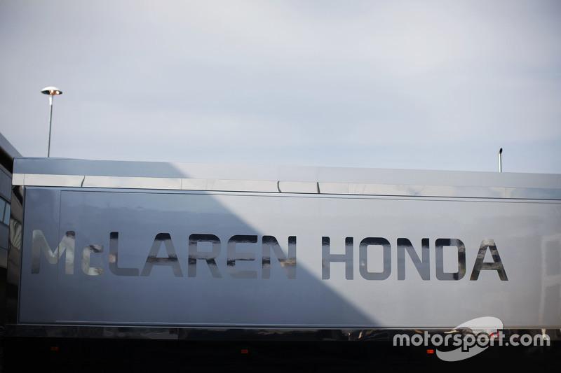 McLaren Honda трак в паддок