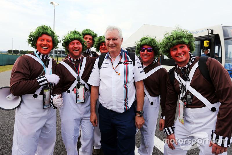 Pat Symonds, Williams Chief Technical Officer bersama Oompa Loompa fans