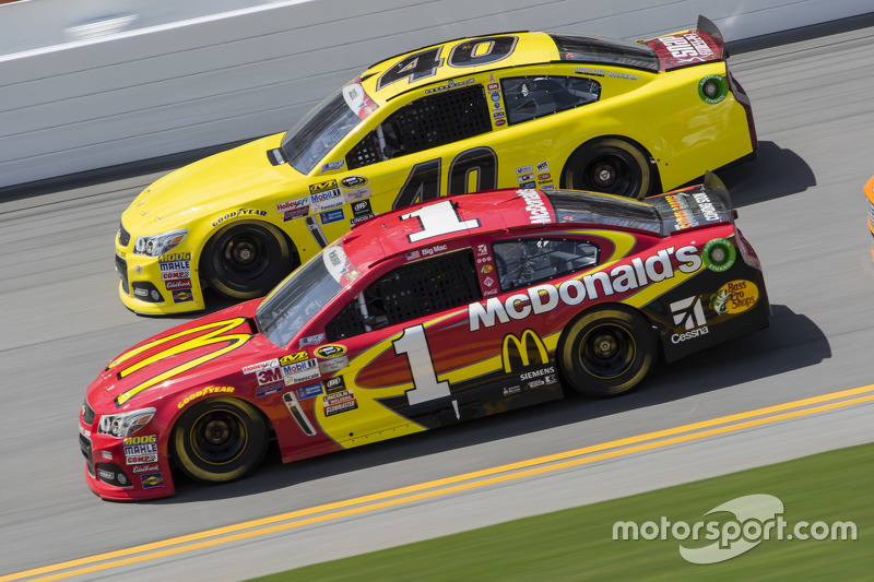 Landon Cassill, Hillman Circle Sport LLC Chevrolet, dan Jamie McMurray, Chip Ganassi Racing Chevrolet