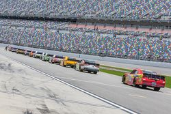 Los autos se alinean antes de la práctica