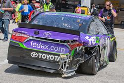 La voiture endommagée de Denny Hamlin, Joe Gibbs Racing Toyota