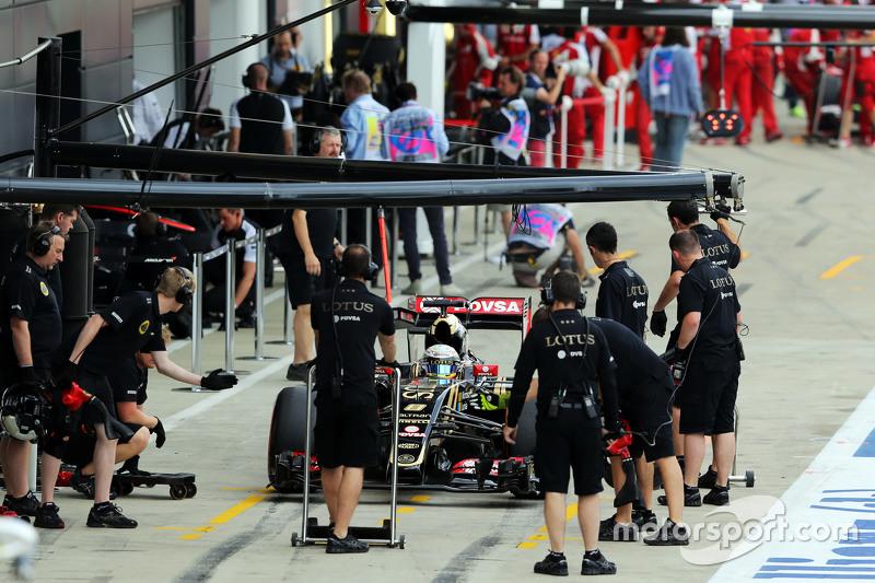 Romain Grosjean, Lotus F1 E23 in the pits