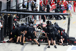 Romain Grosjean, Lotus F1 E23 oefent pitstop