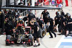 Romain Grosjean, Lotus F1 E23 no pit
