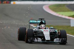 Lewis Hamilton, Mercedes AMG F1 W06 solta faíscas