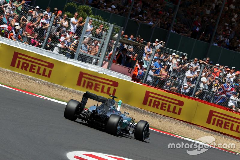 Nico Rosberg, Mercedes AMG F1 W06, winkt am Ende der Qualifikation den Fans zu