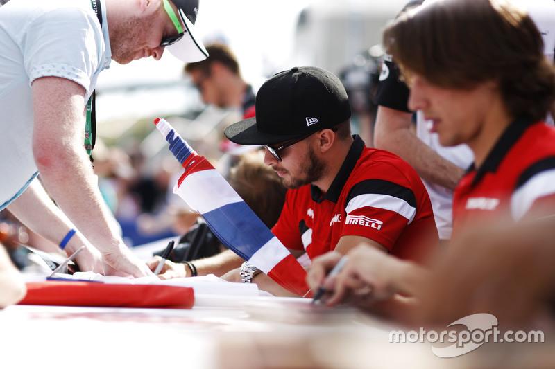 Will Stevens, Manor F1 Team, dan Roberto Merhi, Manor F1 Team memberikan tanda tangan untuk fans
