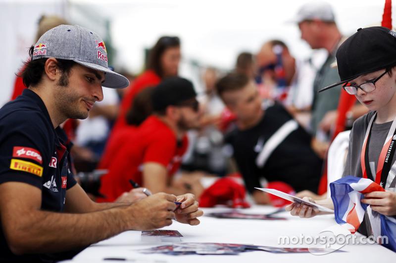 Carlos Sainz Jr., Scuderia Toro Rosso firma autógrafos para los aficionados