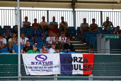 Des fans de Status Grand Prix dans les tribunes