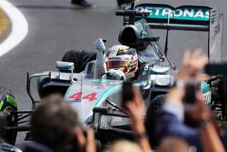 Vencedor da corrida Lewis Hamilton, Mercedes AMG F1 comemora no Parque Fechado
