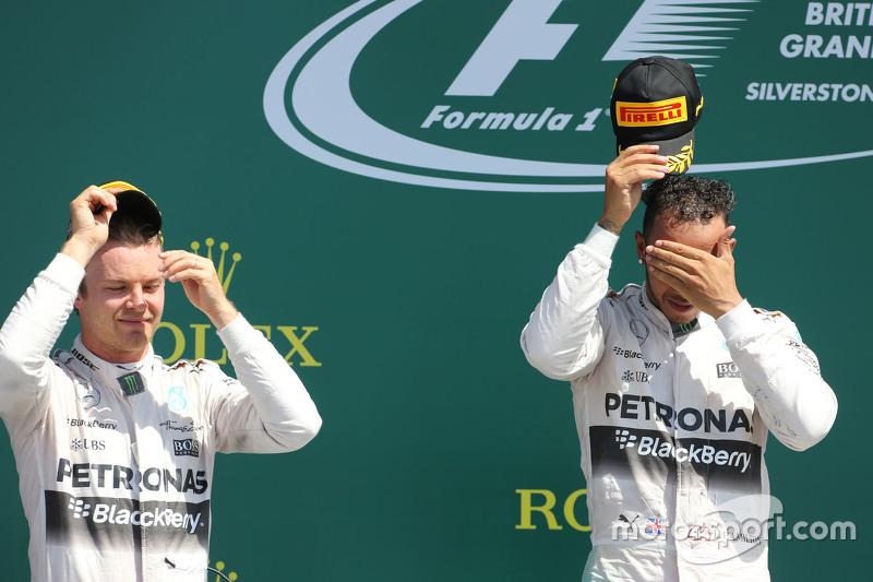 Peringkat kedua Nico Rosberg, dan pemenang balapan, Lewis Hamilton, Mercedes AMG F1