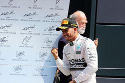 Vencedor da corrida Lewis Hamilton, Mercedes AMG F1 comemora no pódio