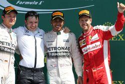 Podio: segundo lugar Nico Rosberg y Lewis Hamilton ganador, Mercedes AMG F1 Team y tercer lugar, Seb