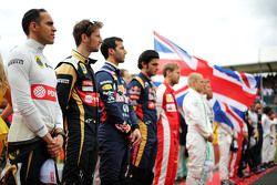Pastor Maldonado, Lotus F1 Team e Romain Grosjean, Lotus F1 Team no grid, durante o Hino Nacional
