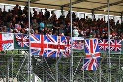 Des fans et des drapeaux dans la tribune