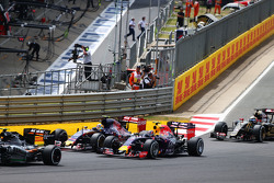 Даниил Квят, Red Bull Racing RB11 и Карлос Сайнс мл., Scuderia Toro Rosso STR10 на старте гонки
