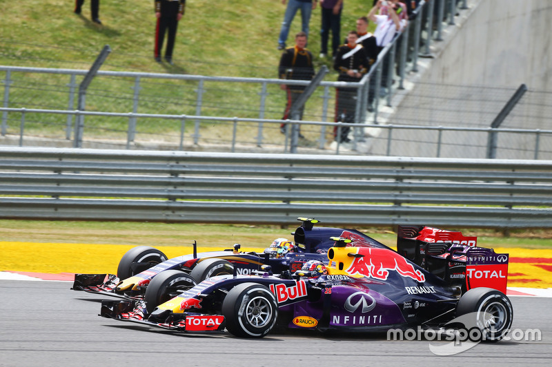 Daniil Kvyat, Red Bull Racing RB11 and Carlos Sainz Jr., Scuderia Toro Rosso STR10 at the start of the race