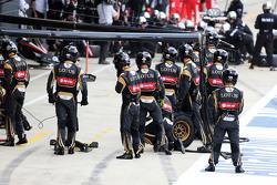 Механики команды Lotus F1 на пит-лейне на старте гонки