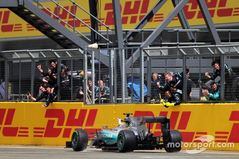 1. Lewis Hamilton, Mercedes AMG F1 W06, feiert beim Passieren des Teams am Ende des Rennens