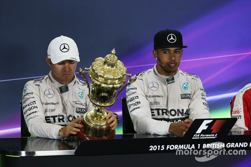 (da Sinistra a Destra): Secondo posto Nico Rosberg, Mercedes AMG F1 con il trofeo del vincitore Lewis Hamilton, Mercedes AMG F1 alla Conferenza Stampa FIA