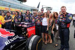 La ex Spice Girls, Geri Halliwell; Emma Bunton; y Melanie Chisholm, con Red Bull Racing en la parril
