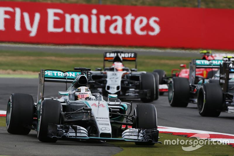 Lewis Hamilton, Mercedes AMG F1 W06 runs wide as he tries to pass Felipe Massa, Williams FW37 for th