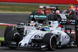 Lewis Hamilton, Mercedes AMG F1 W06, kommt beim Überholversuch gegen Felipe Massa, Williams FW37, im