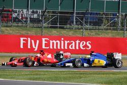 Kimi Raikkonen, Ferrari SF15-T e Marcus Ericsson, Sauber C34