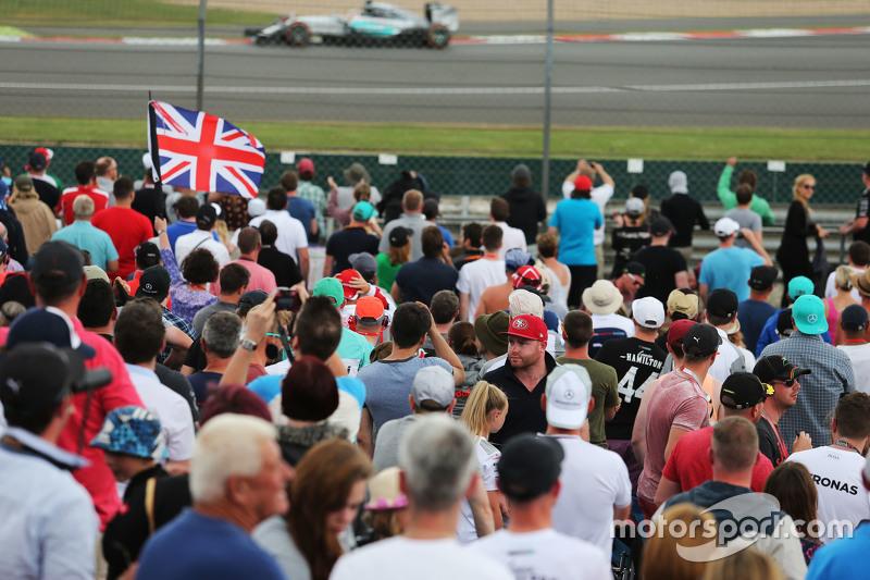 Lewis Hamilton, Mercedes AMG F1 W06, Fans