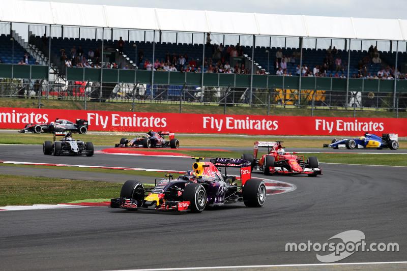2015 год: Даниил Квят на Red Bull Racing RB11 в гонке опережает Ferrari