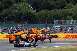 Lewis Hamilton, Mercedes AMG F1 W06 passe la Toro Rosso STR10 de Carlos Sainz Jr., Scuderia Toro Rosso pendant qu'elle est retirée du bac à graviers