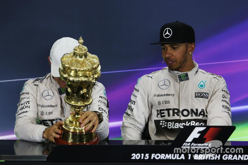Nico Rosberg, Mercedes AMG F1, und Lewis Hamilton, Mercedes AMG F1, in der FIA-Pressekonferenz