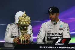 Nico Rosberg, Mercedes AMG F1 en Lewis Hamilton, Mercedes AMG F1 in de persconferentie