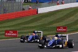 Marcus Ericsson, Sauber C34 supera il compagno di squadra Felipe Nasr, Sauber C34, che si è fermato