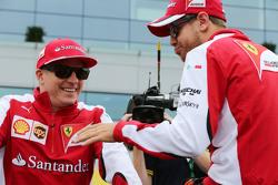 (Von links nach rechts): Kimi Räikkönen, Ferrari, mit Sebastian Vettel, Ferrari, bei der Fahrerparade