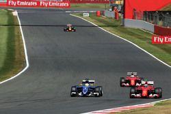 Marcus Ericsson, Sauber C34 eKimi Raikkonen, Ferrari SF15-T lottano per la posizione