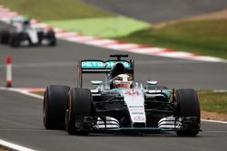 Lewis Hamilton, Mercedes AMG F1 W06 s'arrête pour chausser les pneus intermédiaires