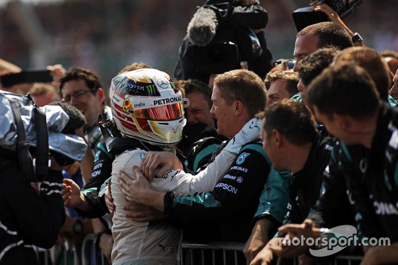 1. Lewis Hamilton, Mercedes AMG F1, feiert mit dem Team im Parc Fermé