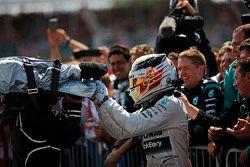 Yarış Galibi Lewis Hamilton, Mercedes AMG F1, takımıyla birlikte kapalı parkta kutlama yapıyor