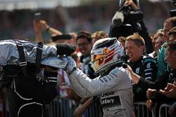 Winnaar Lewis Hamilton, Mercedes AMG F1 viert met het team in parc ferme