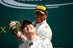 1. Lewis Hamilton, Mercedes AMG F1, feiert auf dem Podium, mit Teamkollege Nico Rosberg, Mercedes AM