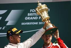 Winnaar Lewis Hamilton, Mercedes AMG F1 viert op het podium met Sebastian Vettel, Ferrari